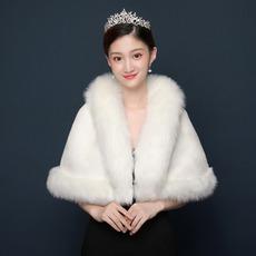 Warmer weißer Schal-Hochzeitsmantel der Winterbraut