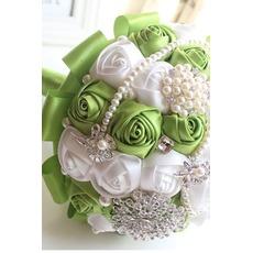 Neue handgemachte frische Früchte grüne Braut hält Blumen