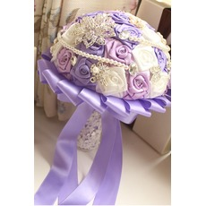 Lila Thema Hochzeit Braut Strauß Rosen Diamant Perle Hand nehmen Blumen